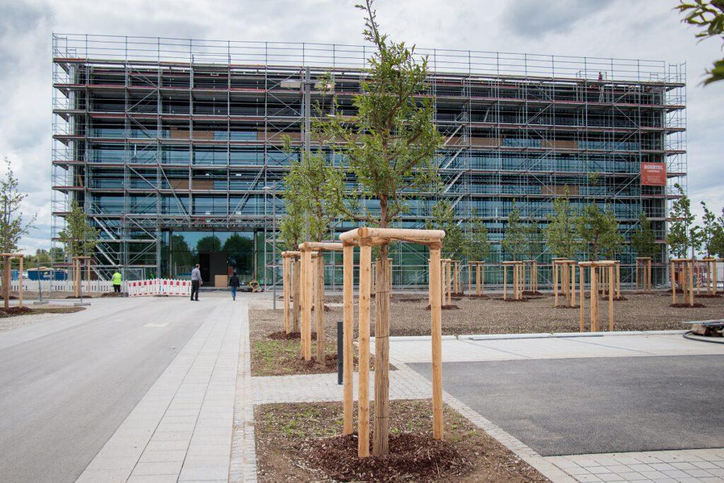 Neubau des IGCV Gießereitechnikums, Nordansicht mit Haupteingang und Baugerüst