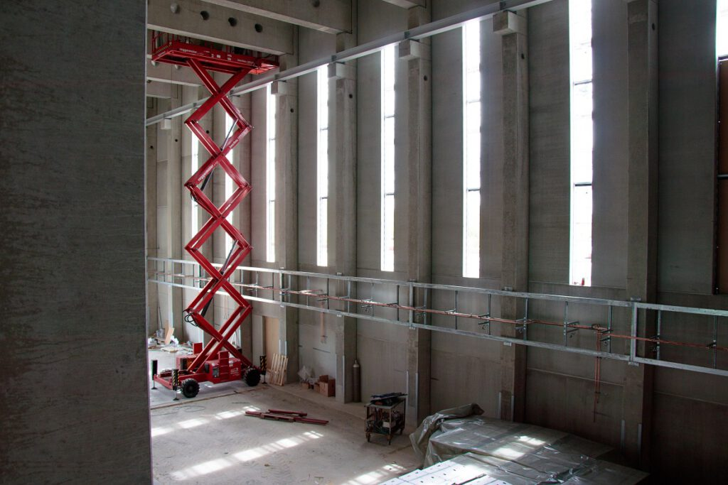 Die Versuchshalle ist 18 m hoch und 50 m lang.