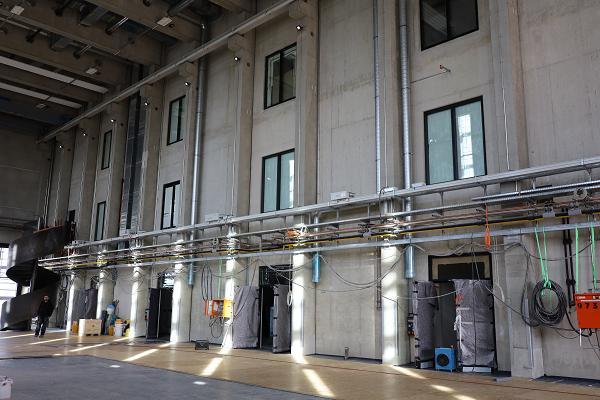 Gießereihalle Nordseite mit innenliegenden Fenstern zum Büro und Labortrakt_Februar 2021